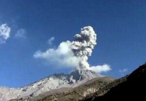 Volcán Sabancaya produce dos intensas explosiones y lanza columna de cenizas