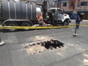 Enorme agujero aparece en calle San Juan de Dios