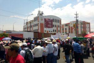 Dos mil pobladores bloquean tránsito frente al Gobierno Regional durante protesta