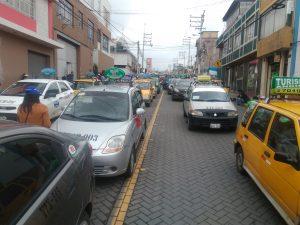 VIDEO. Taxistas bloquean vías y exigen derogar ordenanza de incremento de multas