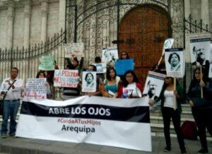 VIDEO. Claudia Cisneros y Jason Day en plantón contra el Sodalicio en Arequipa