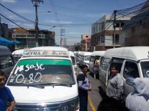VIDEO. Combis del Cayma bloquean calles y piden autorización provisional