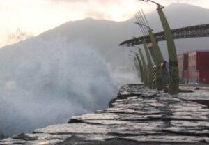 Tras oleajes anómalos cierran 3 puertos en Arequipa