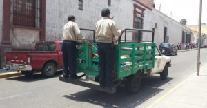 Policía municipal causa aborto a ambulante al golpearla para decomisar carretilla