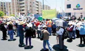 Pobladores de tres distritos protestaron frente a Sedapar por falta de agua