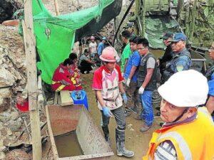 Rescatan tercer cuerpo de 7 mineros enterrados en socavón de Caravelí