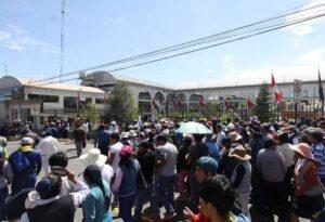 Vecinos de Paucarpata protestan contra alza de pasaje urbano