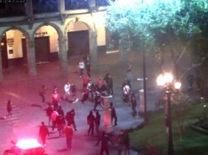 Hinchas de Melgar y River Plate se agreden en la Plaza de Armas