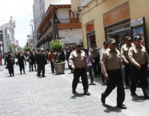 Reubicarán a municipales que agreden a comerciantes
