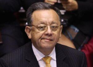 Colegio de Contadores evalúa quitar colegiatura a excontralor Edgar Alarcón