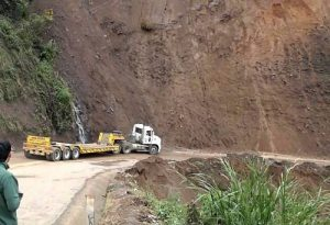 Suspenden venta de pasajes por derrumbes y zonas bloqueadas en carretera
