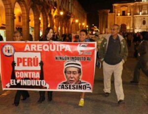 Marcha contra indulto a Alberto Fujimori recorrió calles céntricas de Arequipa