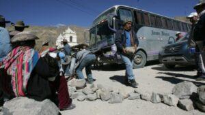 Maestros de Caylloma bloquearon carretera hacia la Cruz del Cóndor