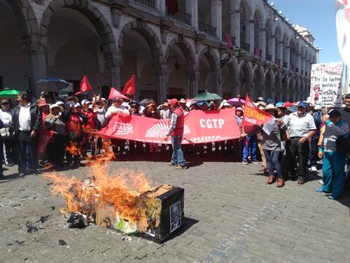Protesta en la Plaza de Armas.