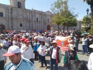 Docentes en huelga derraman sangre en frontis de la catedral