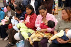 Cada vez menos madres dan de lactar a sus bebés