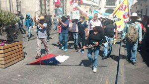 Queman bandera chilena en protesta contra la corrupción
