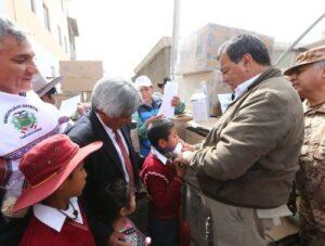 Entregan lentes y mascarillas para afectados por el Sabancaya