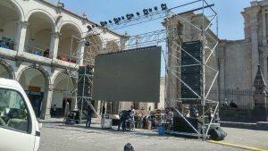 Pantalla gigante para transmisión en vivo en la plaza de armas