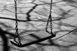Niño muere asfixiadocon cinta de seguridad en parque infantil