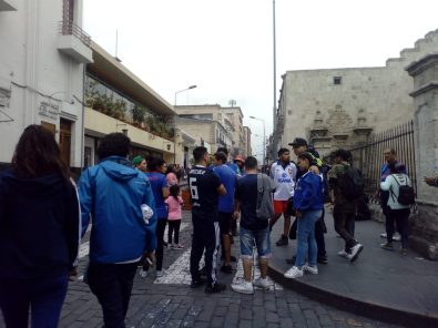 VIDEO. Hinchas de la Universidad de Chile realizan pintas en la Plaza de Armas