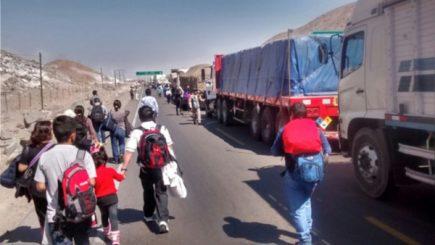 A pesar de compromiso de dirigentes, carretera sigue bloqueada por camioneros