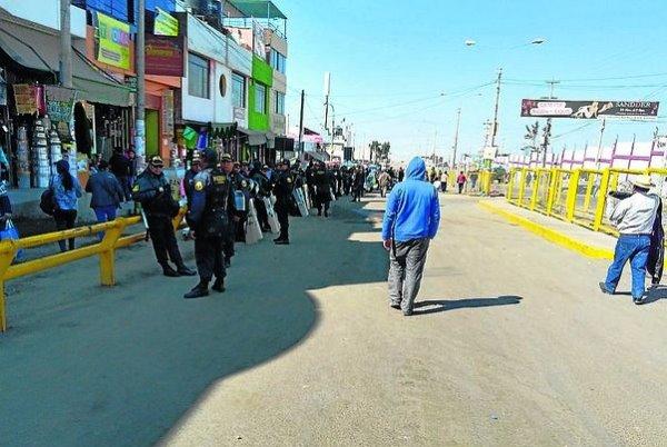 Arequipa: Enfrentamiento entre Policía y ambulantes de Río Seco, desalojados de la zona