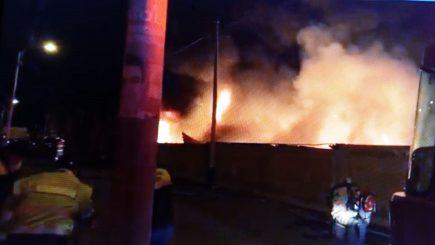 Incendio en almacenes del Gobierno Regional se reavivó a las 6 de esta mañana