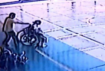 Bullying: Escolar con parálisis cerebral fue lanzada de su silla de ruedas en colegio (Video)