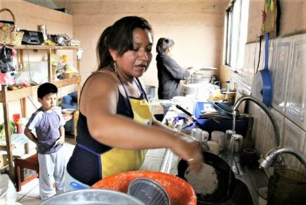 El arduo trabajo diario de 4 millones de amas de casa en el Perú