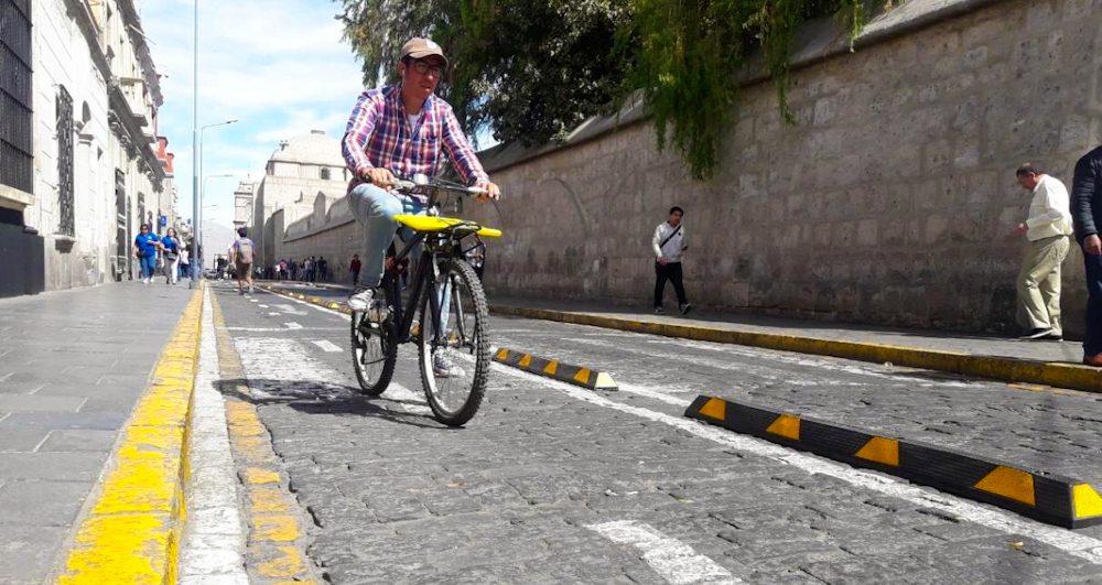 Ciclista en ciclovías de arequipa