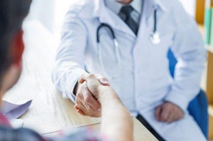 Condenan a médico de Essalud que pidió soborno a paciente para operarlo