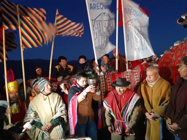 Gobernador de Arequipa, Elmer Cáceres Llica, hace pago a la tierra para recibir el Año Nuevo Andino