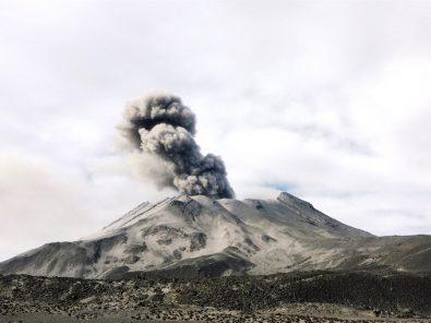 Volcán Ubinas: nueva alerta de dispersión de cenizas y más distritos en emergencia
