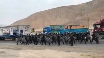 AHORA Policía Nacional en el valle de Tambo retira piedras de vías bloqueadas por paro contra Tía María