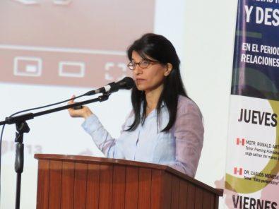 Jacqueline Fowks en conferencia sobre el periodismo y las noticias falsas