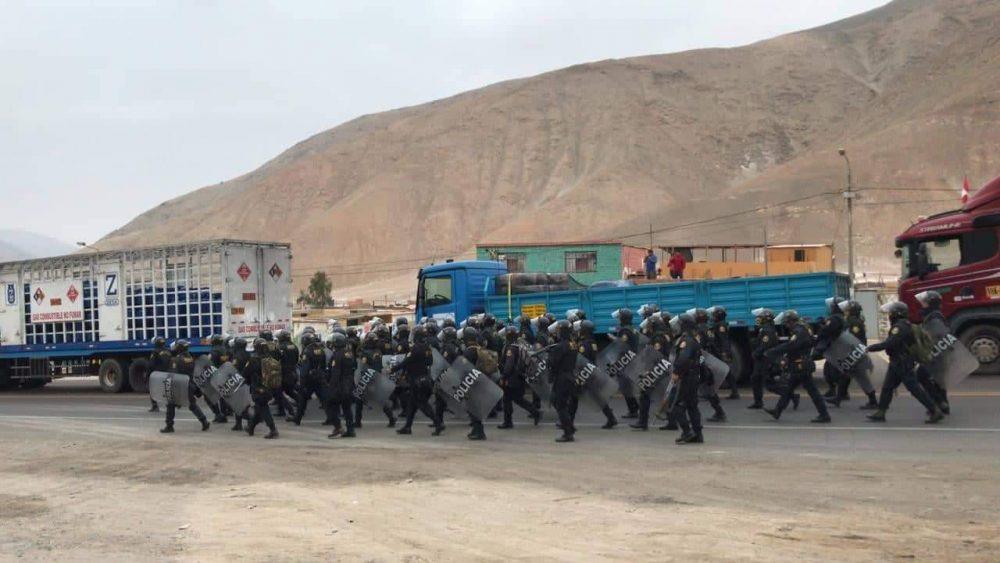 Policías llegan al valle de Tambo para retirar a manifestantes que protestan contra Tía María