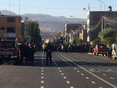 Nuevos bloqueos e intervención de la policía en segundo día de paro indefinido