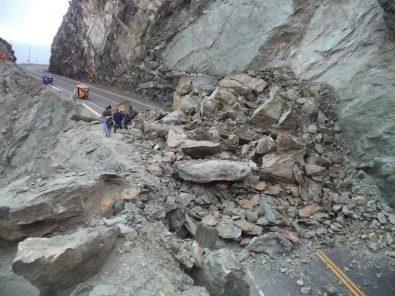 Derrumbe de rocas en Camaná ¡Cuidado!