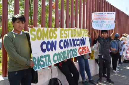 Arequipa: Estudiantes de la Baca Flor exigen (otra vez) destitución del director