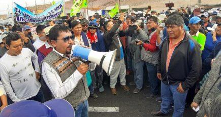 Elmer Cáceres se enfrenta a pobladores de La Joya y muestra comportamiento errático