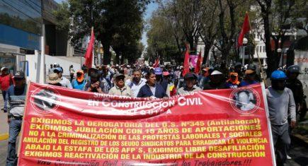 Cientos de obreros de construcción civil paran obras y salen a protestar