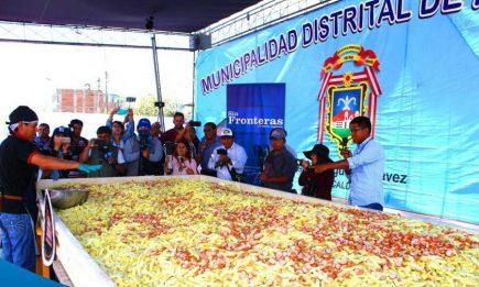 Arequipa: 40 chefs prepararon la salchipapa que batió récord