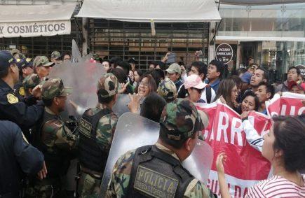 Alumnos de Alas Peruanas protestan tras llegada del presidente Vizcarra