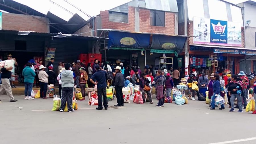 Arequipa: En mercado Río Seco de Cerro Colorado, las familias llegaron temprano para comprar sus productos.