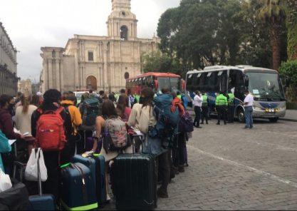 Turistas de EE.UU. varados en Arequipa se trasladaron en buses a Lima