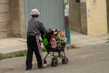 """""""Tengo 20 soles para vivir"""": el drama de los ancianos que enfrentan solos al Covid19"""