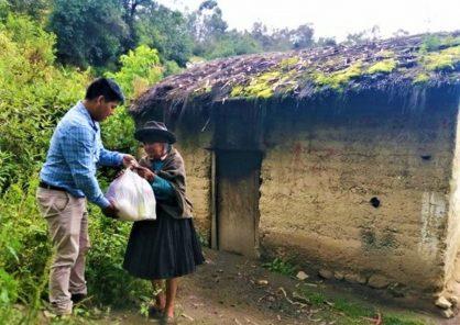 Denuncian deficiencias en reparto de canastas con víveres para familias humildes