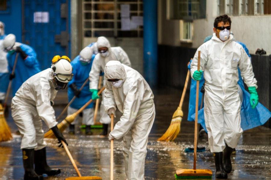 Por más de dos horas se limpió y desinfectó el hospital Honorio Delgado. Foto: Gabriel Ramos