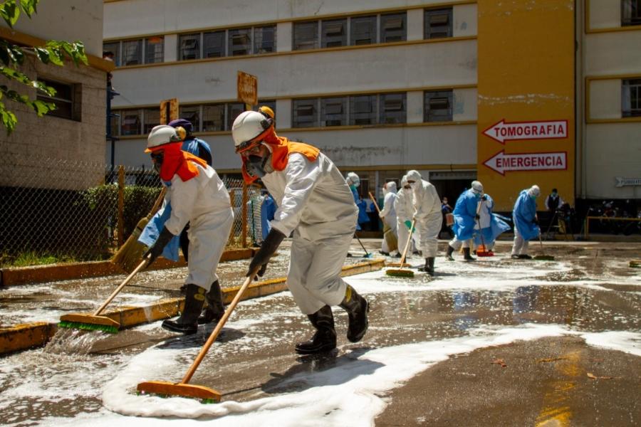 Voluntarios de la empresa Ecocret realizan limpieza en los exteriores del servicio de Emergencia del hospital Honorio Delgado